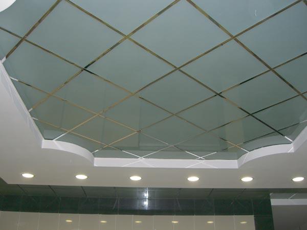 Стеклянный кассетный потолок в ванной комнате