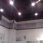 Потолок ванной может быть и такого цвета