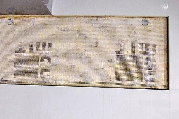 Монтажная сетка на створку люка для последующей наклейки плитки