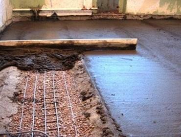 Пол заливают бетоном так