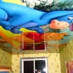 Милые мультяшные зверушки на потолке дадут понять, что в душе вы бережно храните все то лучшее, что связано с детством