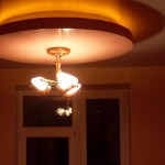 Иногда второй уровень потолка используется для оформления точки подвеса осветительного прибора