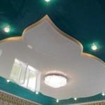 Разнесение потолка на два уровня очень выгодно оттеняет убранство помещения в арабском стиле