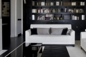 Белый диван в сочетании с черным полом