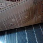 Под ковриком уложен мобильный теплый пол