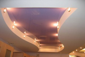 Оснащен подсветкой двухцветный комбинированный потолок