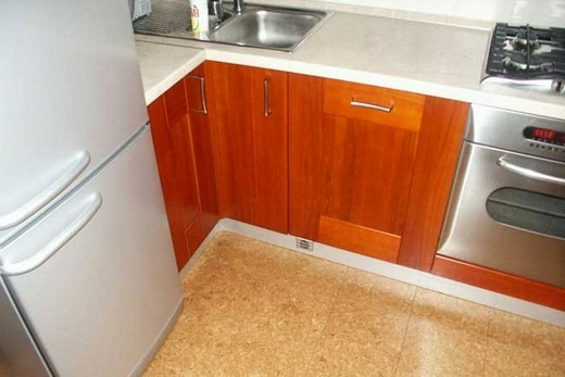 На кухне пробковое напольное покрытие