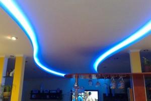 Неоновая подсветка второго уровня натяжного потолка