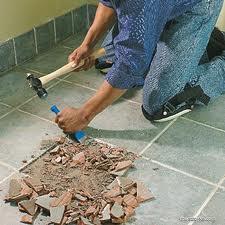 Перед тем, как уложить плитку, выравнивают плитку