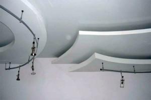 Футуристическую композицию создает комбинация гипсокартонного и натяжного потолков