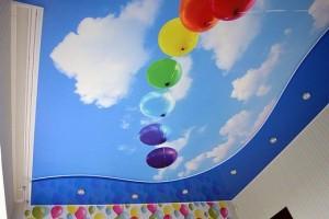 Небо с воздушными шариками на потолке