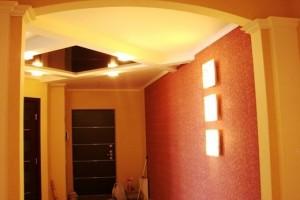 Коридор с контрастным зеркальным потолком