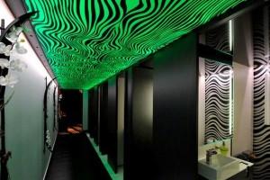 Неоновая подсветка потолка в коридоре: визуальный эффект формируется чередованием прозрачных и непрозрачных полос на материале потолка