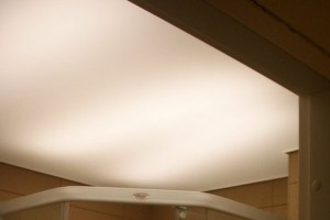 Типичный пример неоновой подсветки потолка «изнутри»