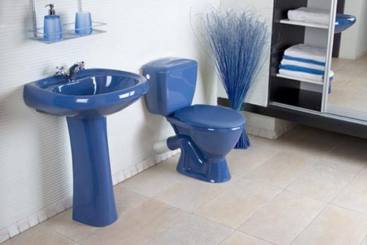 Туалет с синим унитазом и раковиной