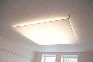 Натяжной потолок в зале берет на себя функцию осветительного плафона