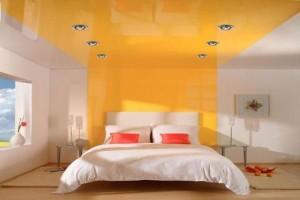Спальня с двухцветным комбинированным потолком