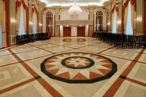 Звезда-медальон в центре плиточного покрытия