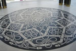 Дизайн плиточного покрытия с орнаментом в центре