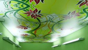 Цветочный орнамент на зеленом фоне: потолок