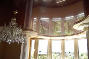 Вот так подсветка натяжного потолка превращает зал в театральную ложу