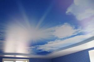 Подсветка может взять на себя роль солнца для потолка с фотопечатью «под небо»