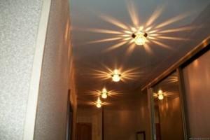 Яркие лампы с боковыми лучами визуально увеличивают даже самый узкий коридор