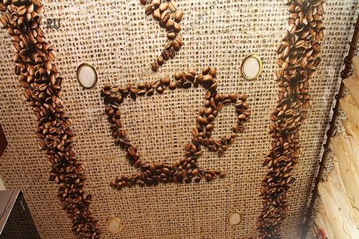 Чашка кофе на потолке - намек, что в этой комнате едят и пьют
