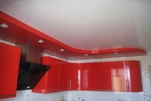При помощи комбинированного потолка делим кухню на зоны