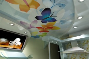 Потолок «мультяшном» стиле комбинированного типа на кухне