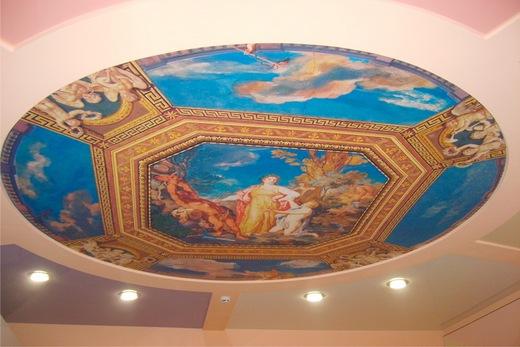Кухня с мифологическим потолком