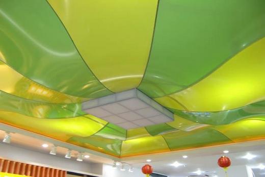 Натяжной потолок на кухне смотрится сочно!
