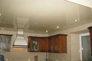 Гипсокартонный потолок над зоной питания, над зоной готовки -натяжное полотно