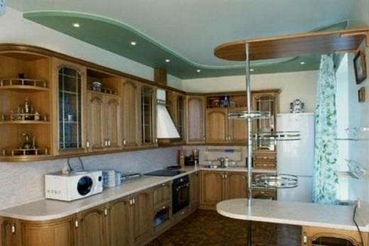 На кухне комбинация потолков: гипсокартонный и натяжной