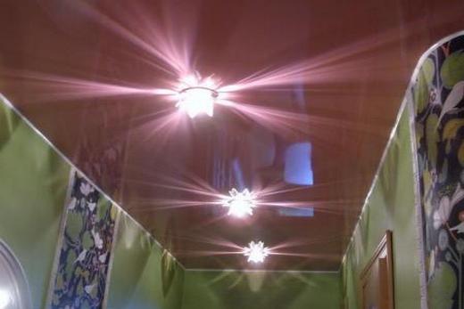 Коридор с зеркальным натяжным потолком