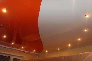 Из полотнищ двух цветов комбинированный одноуровневый потолок