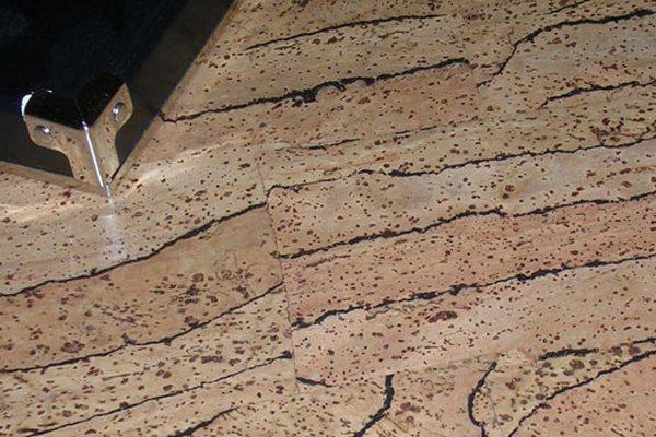 От мебели на пробковом полу останутся следы