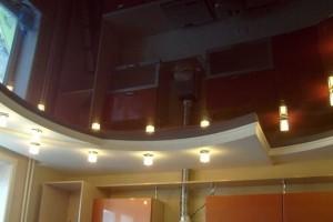 Двухцветный двухуровневый комбинированный потолок