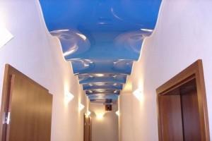 Узкий коридор с натяжным волнистым потолком