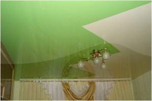 Со ступенчатой линией сварки полотен одноуровневый двухцветной потолок