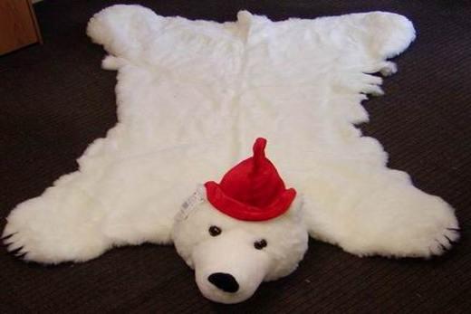 Белый медведь на черном полу хорошо смотрится!