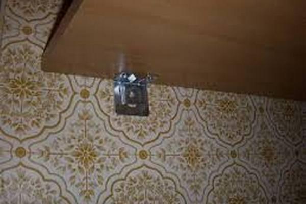 Фиксация полки для микроволновки к стене с помощью мебельных уголков