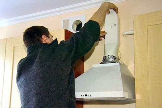 К кухонной вытяжке монтируем воздухоотвод
