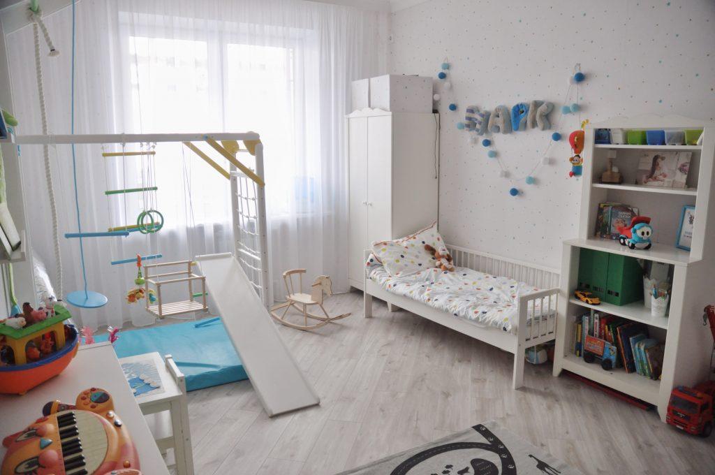 Идеи дизайна детской комнаты для мальчика с аксессуарами для спорта