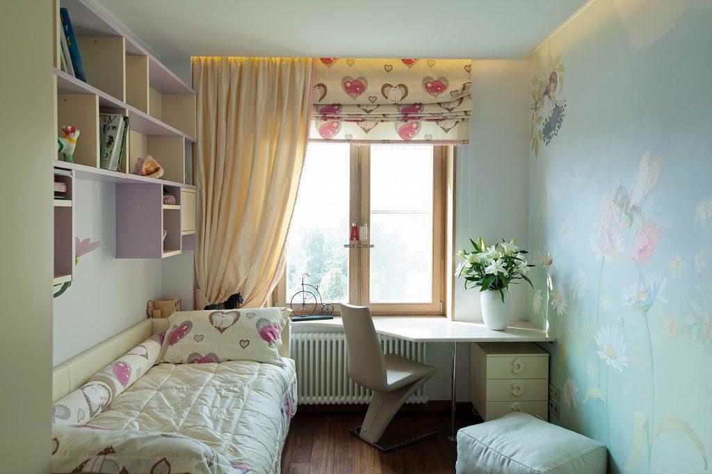 Идеи дизайна маленькой детской комнаты с полками для девочки